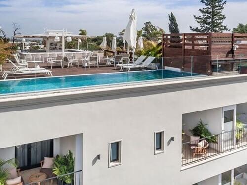 בריכת אינפיניטי על הגג. בתמונה: מלון ליר סנס