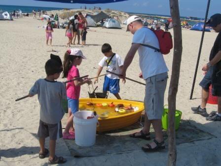 פעילות המשלבת חוויה ולמידה בחוף הים (צילום רינת רוסו)