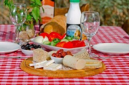 השילוש הקדוש של שבועות - גבינות, יין וסופש
