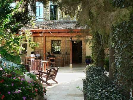חצר מלון הבוטיק בית שלום: בלב הטבע