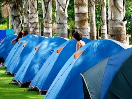 לינת שטח באוהלים שכל משפחה מביאה לעצמה