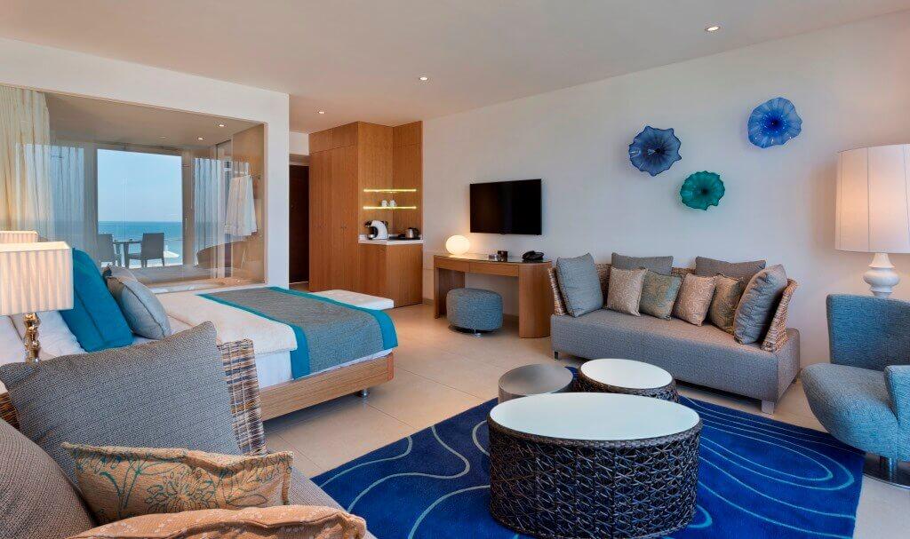 מלון בוטיק על חוף הים, נחשולים