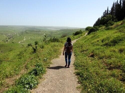 מטיילים בנחל תבור. צילום: דב גרינבלט לחברה להגנת הטבע