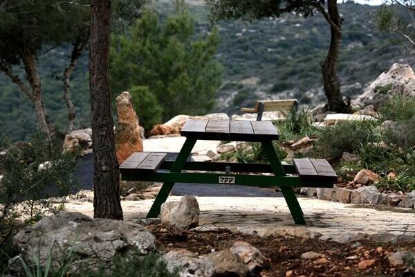 """פינות ישיבה מול הנוף הפתוח בפארק אדמית. צילום: אבי הירשפלד לקק""""ל"""