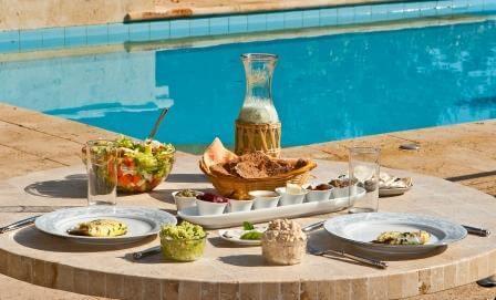 ארוחה אורגנית עם אפשרות לתחליפים טבעוניים בהתאם להזמנה
