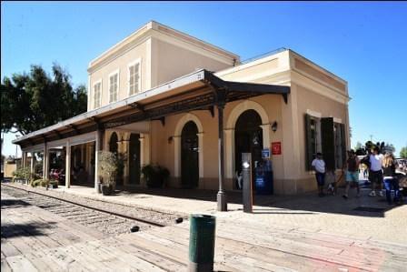 """מתחם התחנה, האוירה הייחודית בכל שעות היום (צילום סיון אוזן, עיר עולם ותיירות ת""""א)"""