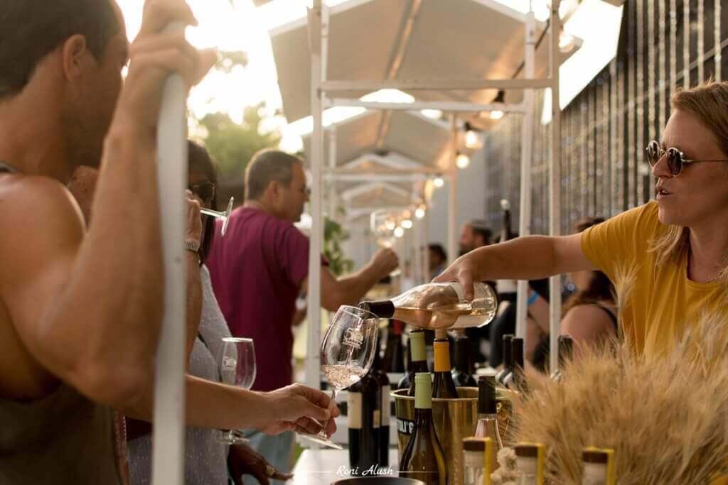 יין, נישנושים וכיבוד קל. צילום: רוני אלוש